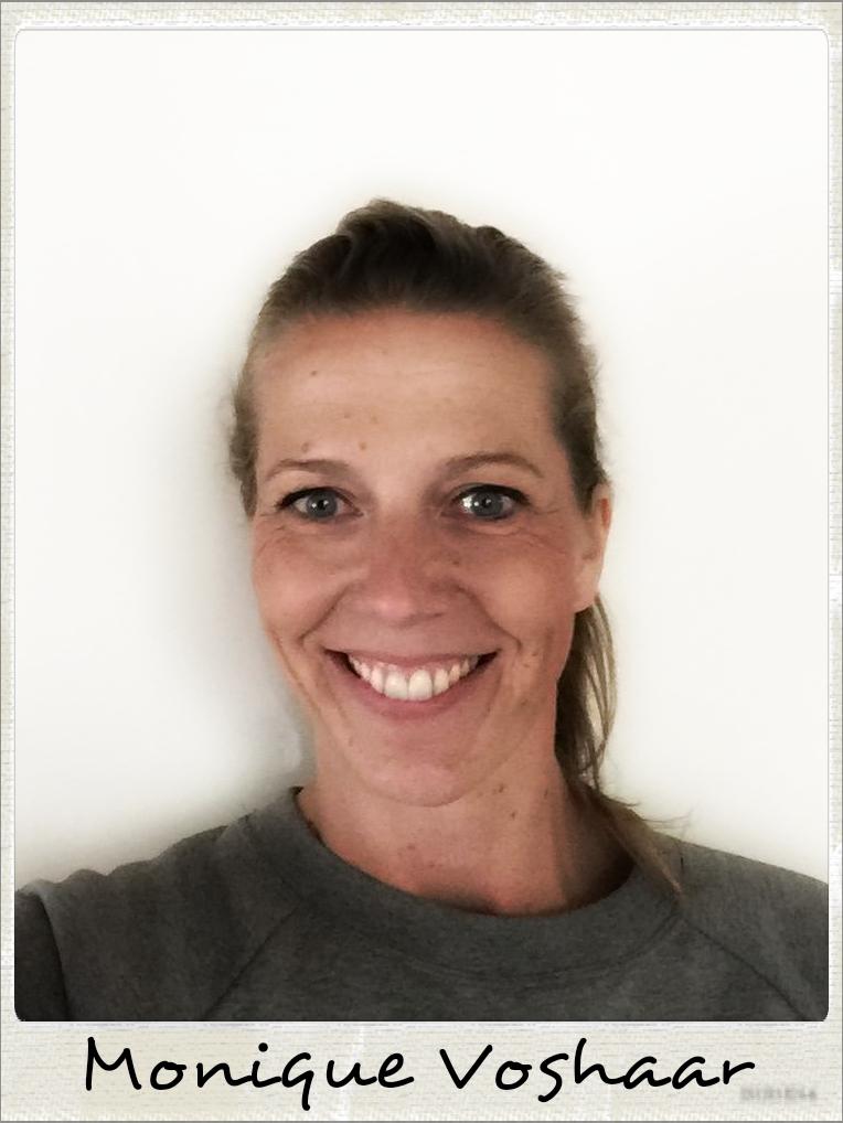 POLAROID - NAAM - Monique Voshaar WOONPLAATS - Almelo PROFESSIE - Huismoeder DISCIPLINE - Box Bag Workout Monique Voshaar is huismoeder van drie voetbalzonen. Daar heeft ze het maar druk mee en de Bokszaktraining bij Scorpio Gym is dan een lekkere uitlaatklep voor haar. Tevens is het een full body workout, waardoor met name haar rugspieren sterker zijn geworden en ze sindsdien geen rugpijn meer heeft. Monique speelde ooit volleybal in de top van de eredivisie, maar doet het nu alleen nog recreatief. De Bokszaktraining doet ze er ook nog bij om individueel toch nog het uiterste uit haar zelf te halen.