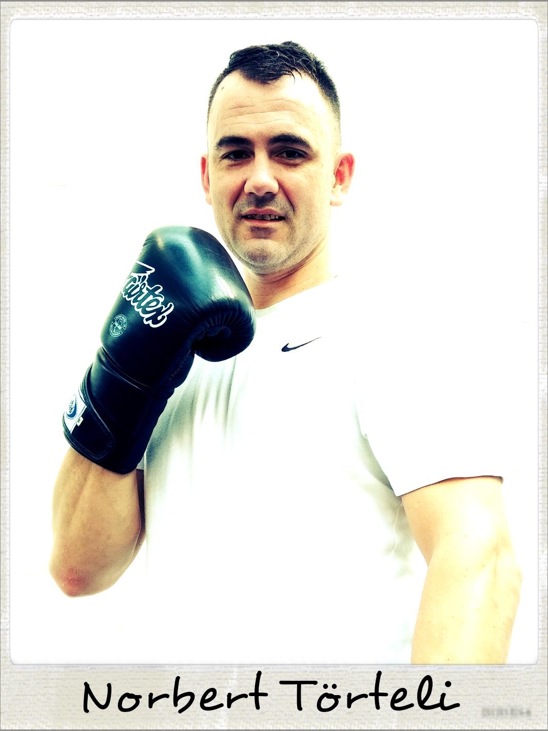 POLAROID - NAAM - Norbert Törteli WOONPLAATS - Almelo PROFESSIE - Lasser DISCIPLINE - Boksen en Box Bag Workout Norbert Törteli komt uit Hongarije, waar hij in het nationaal boksteam zat. Daarom koos hij ook om te boksen bij Boxing Almelo (het boksteam van Scorpio Gym). Hij is voor Boxing Almelo in 2017 nog uitgekomen in een officiële bokswedstrijd van de Koninklijke Nederlandse Boksbond. De Box Bag Workout is voor Norbert ook een favoriet onderdeel. Hij gebruikt daarbij zelfs ook zijn benen voor de lowkicks en dat doet hij heel verdienstelijk voor een bokser. Hoewel hij nog vaak naar familie in Hongarije op bezoek gaat is Scorpio Gym toch