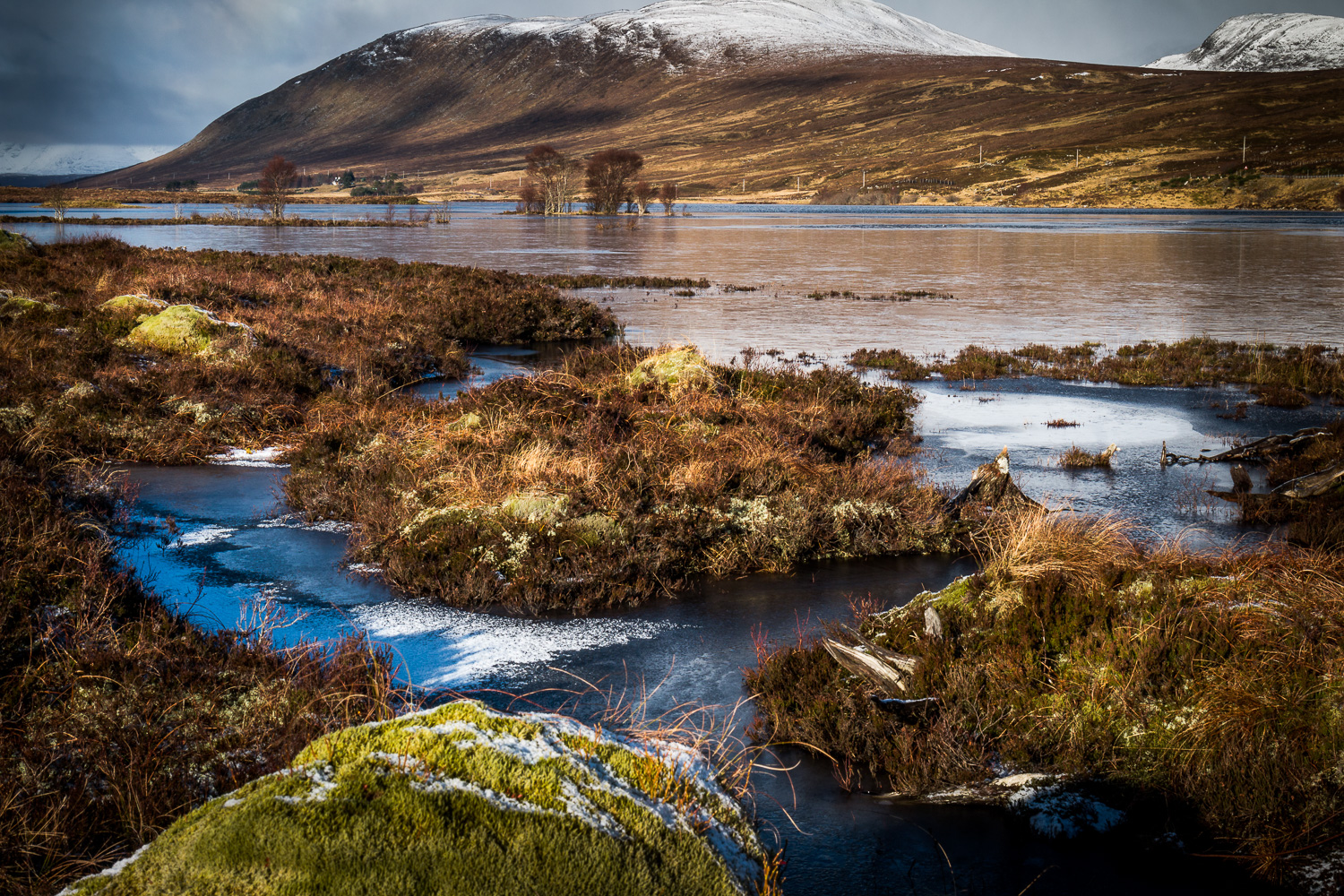 A frozen Loch Droma with Meall Leacachain.