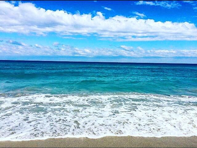 Less Monday more summer 🌊🏝⛱ #summervibes #oceanbreeze #westpalmbeach 📸: @lizziefrombach