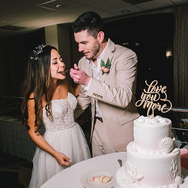 We love cake by the ocean !!! . Our favorite?? Lemon 🍋 cake with berry!! What about you?? . . . . 📸 @mirsalgadophotography . . . . #floridabeachwedding #bestphotooftheday #tampaweddings #communityovercompetition #entrepeneurlife #europeweddingphotographer #tuesdaystogethertampabay #postthepeople #tampabayphotography #creativecommunity #awardphotographer #weddingdetails #liveauthentic