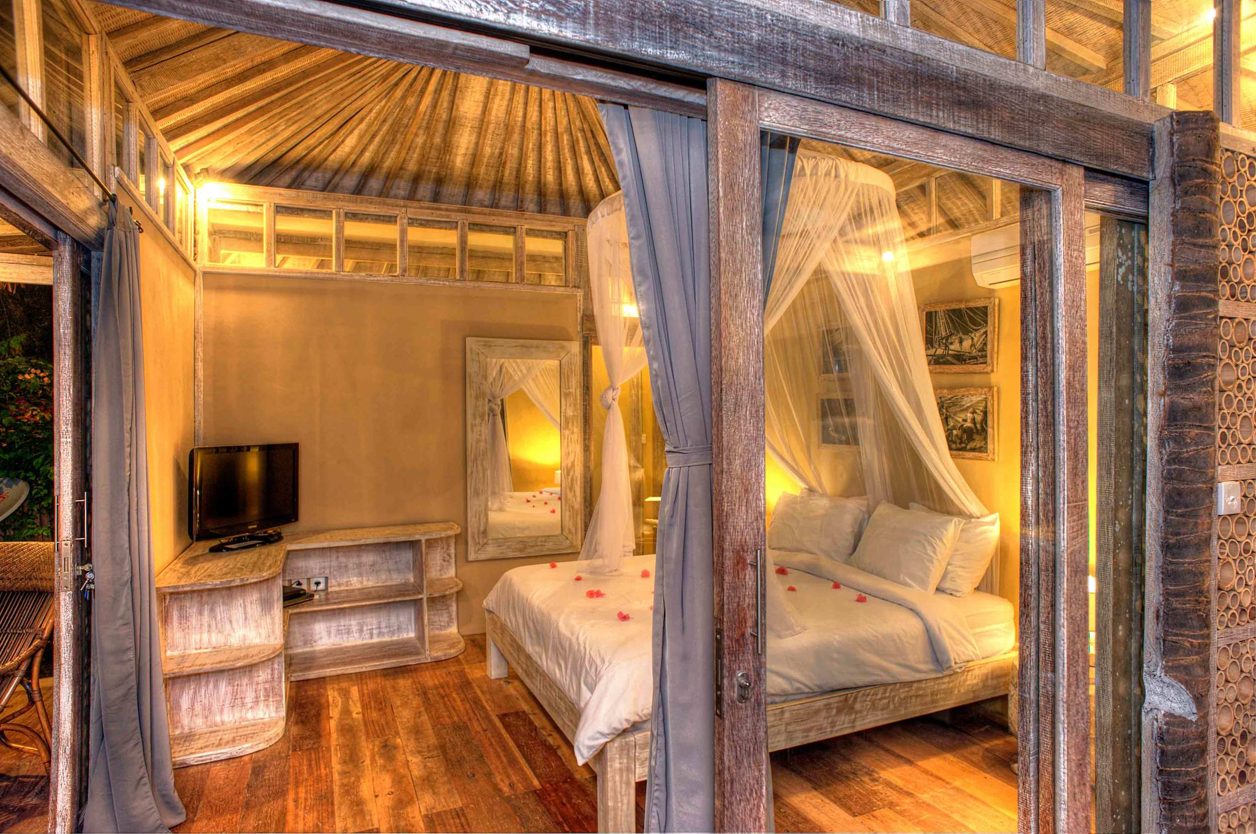 Bedroom king size bed by night - Les Villas Ottalia