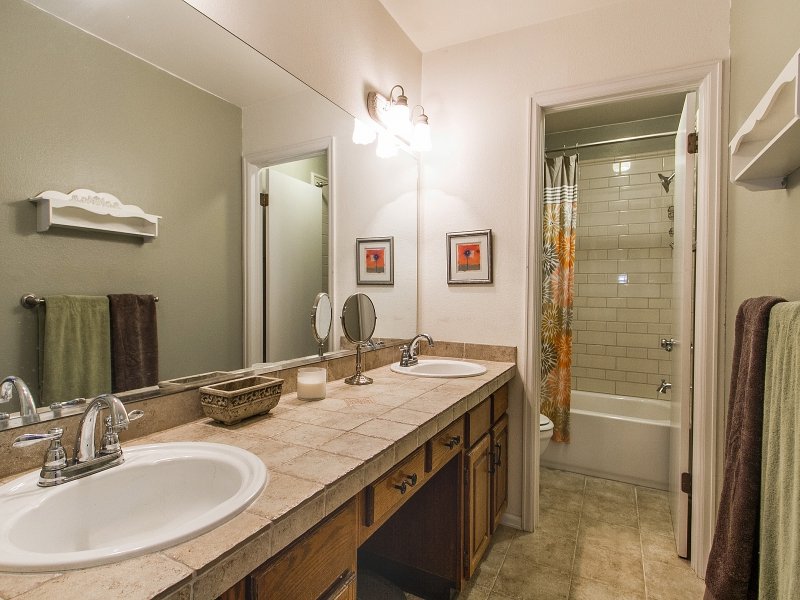 Bathroom_800x600_2295621.jpg