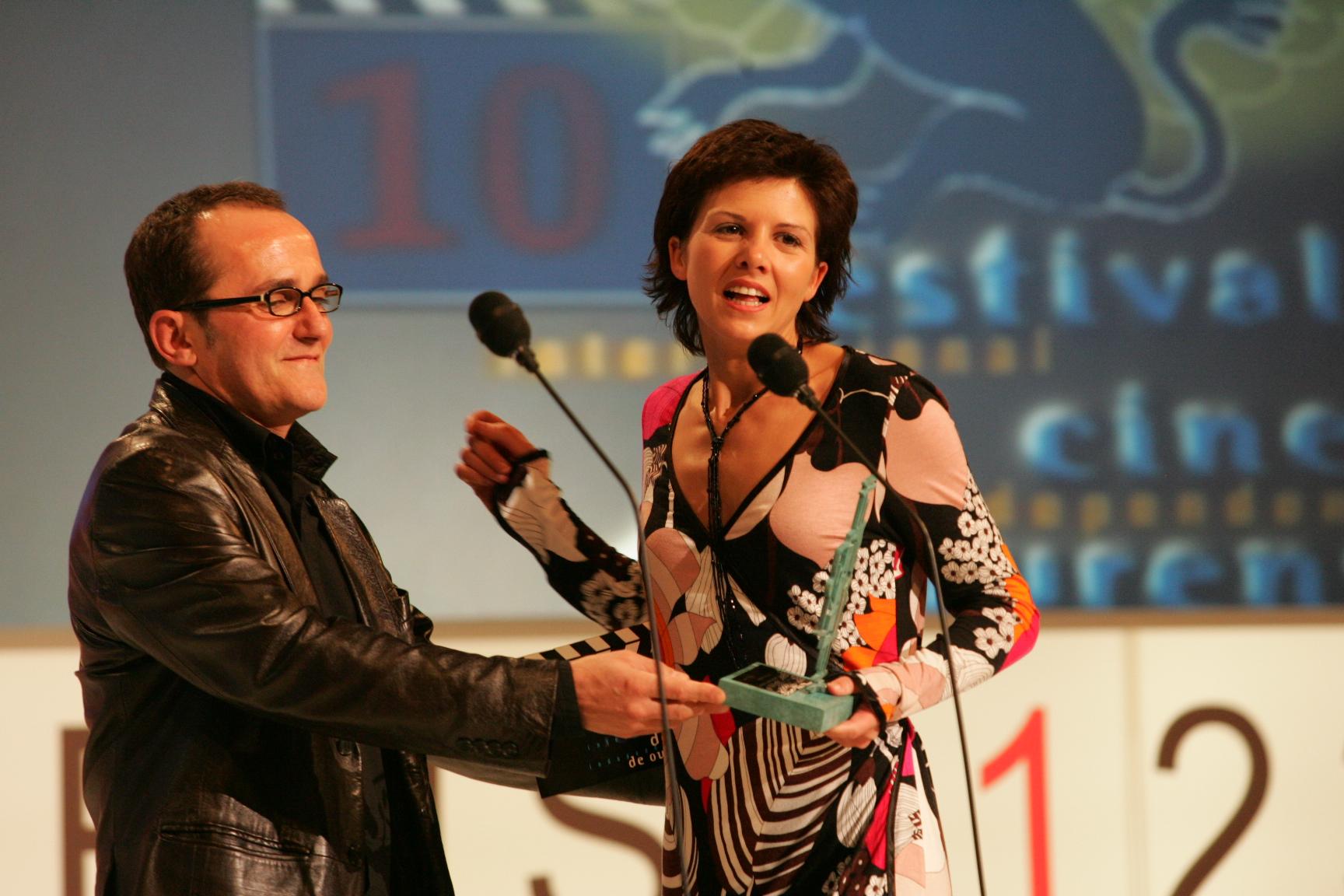"""Recogiendo el premio AISGE a la mejor actriz por """"Te quiero mal"""" en el Festival de Cine de Ourense en 2005"""