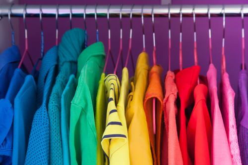 Como organizar armários separando por cor