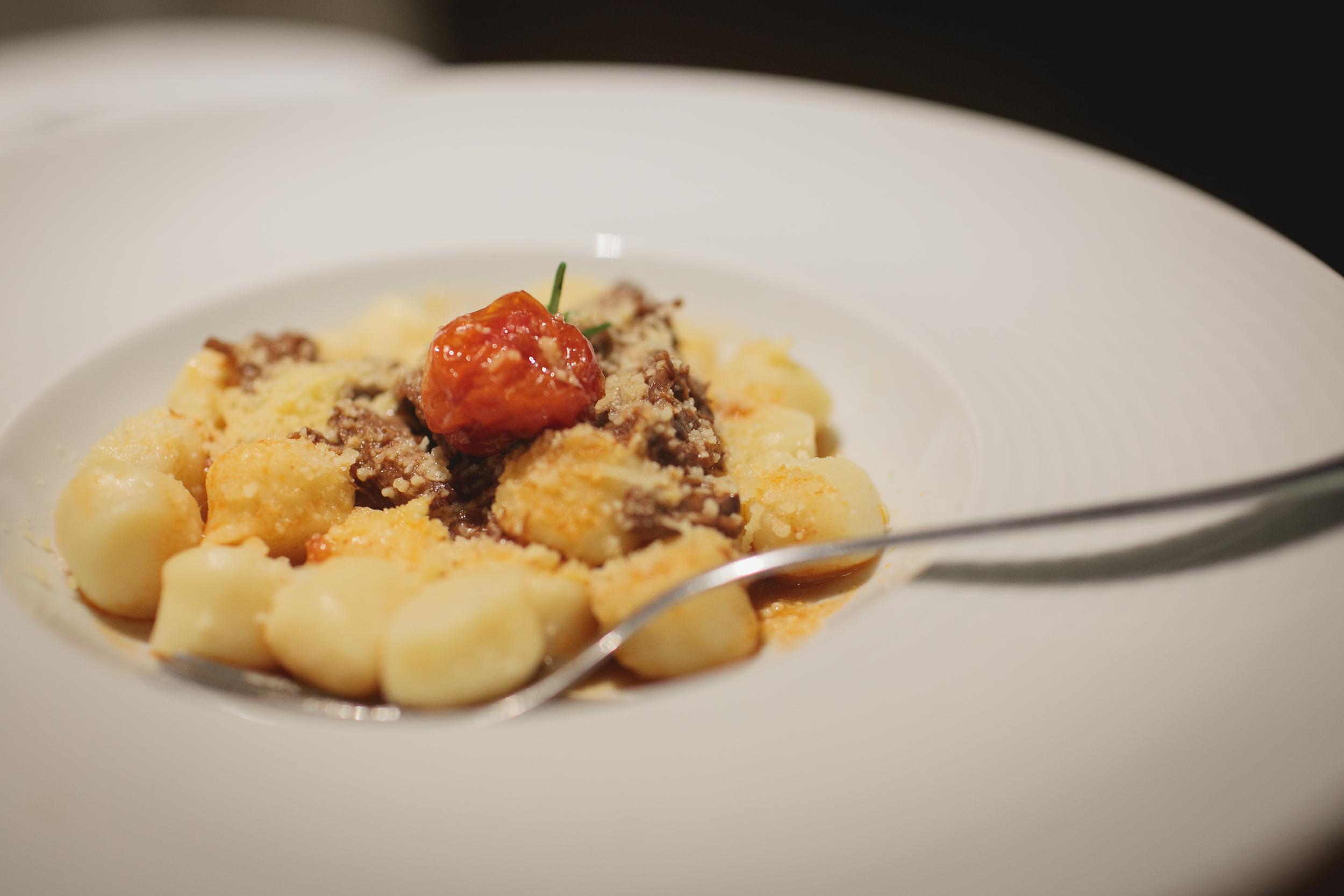 Nhoque com ragu de carne de panela e tomate cereja confitado