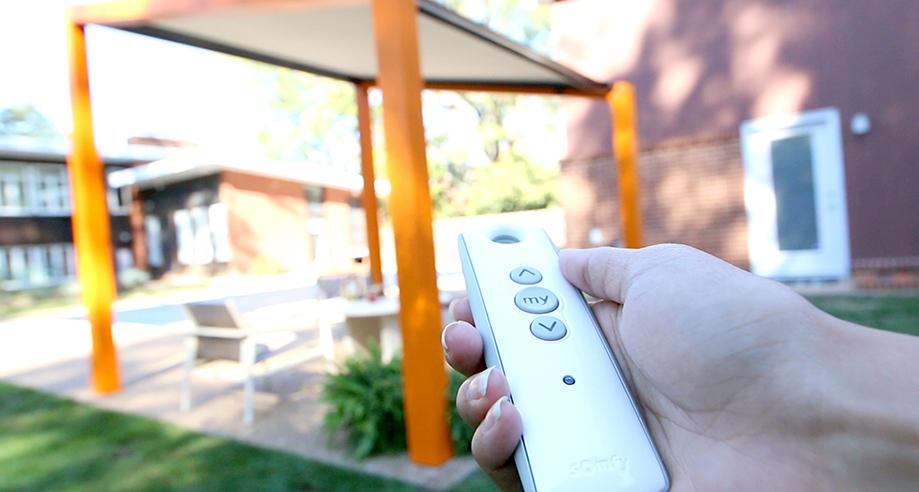 Somfy-Hand-Holding-Remote-Trex-Air.jpg