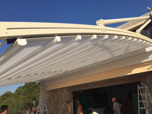 The MN4 retractable hanged system with curved rafters provides an elegant solution for any project. Each of the custom designs are installed according to site specifications and can easily be adapted as required. MN4 can project out and open up to 19 feet, with a piece fabric up to 42 feet wide.