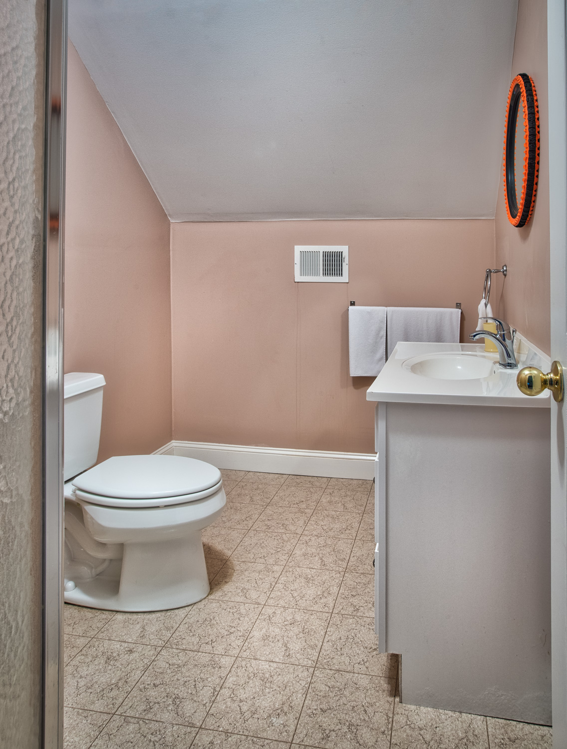 270 upstairs-bath.jpg