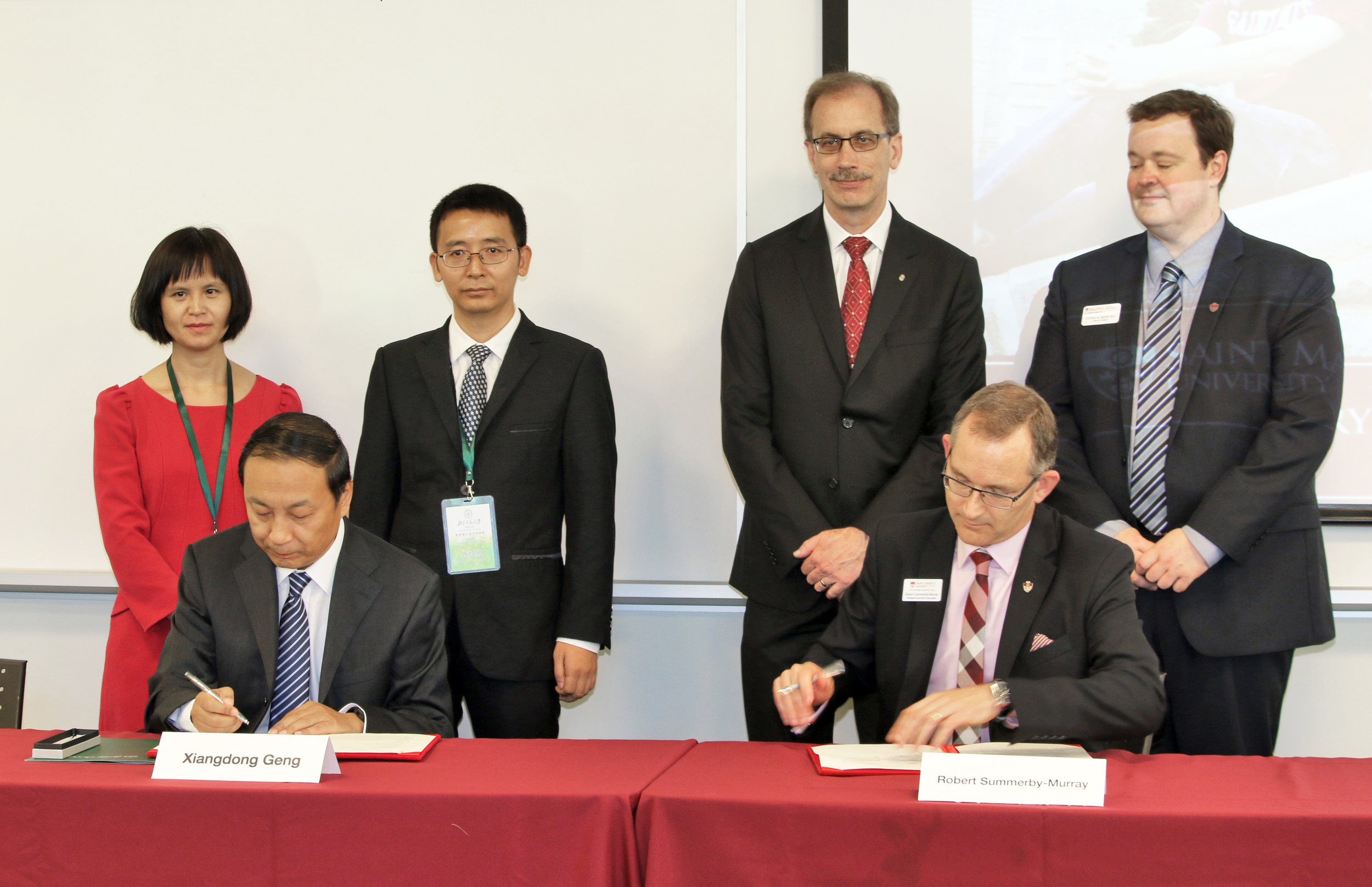 Seated:  Xiangdong Geng, Chair of University Council, BNUZ; Dr. Robert Summerby-Murray, President, SMU  Standing:  Professors Hongyu Xiao and Hongshun Chen, Faculty Members, School of Information Technology, BNUZ; Dr. Malcolm Butler, VP Academic and Research, SMU; Dr. Steven Smith, Dean, Faculty of Science, SMU