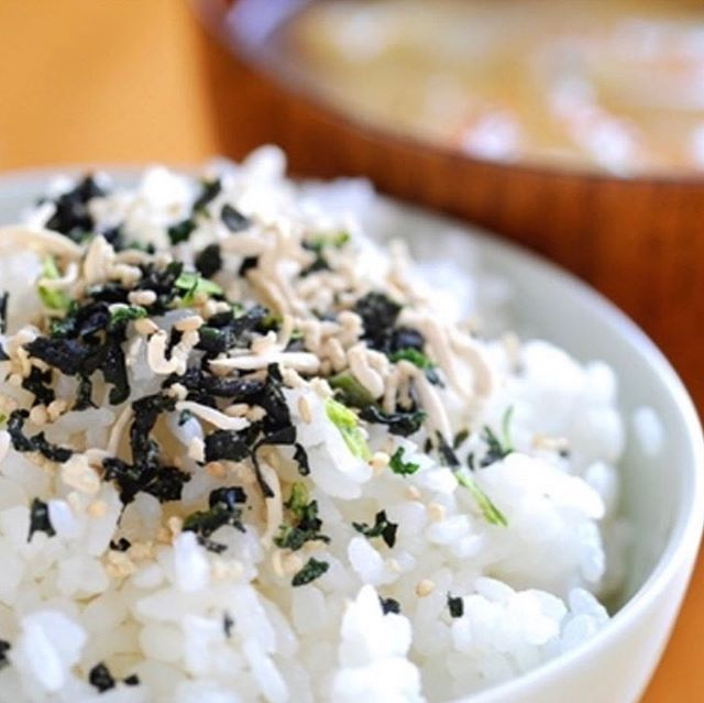 Ingredient Spotlight: Furikake 💥- A dry Japanese seasoning, usually used to sprinkle on top of cooked rice 🍚 or veggies 🥒It typically consists of sesame seeds, chopped seaweed, salt, shaved tuna for flavoring, and sometimes sugar. It adds so much earthy, briny, and salty flavor in one pinch. Sprinkle some on your #pokebowl next time you visit #hokepoke 🥗