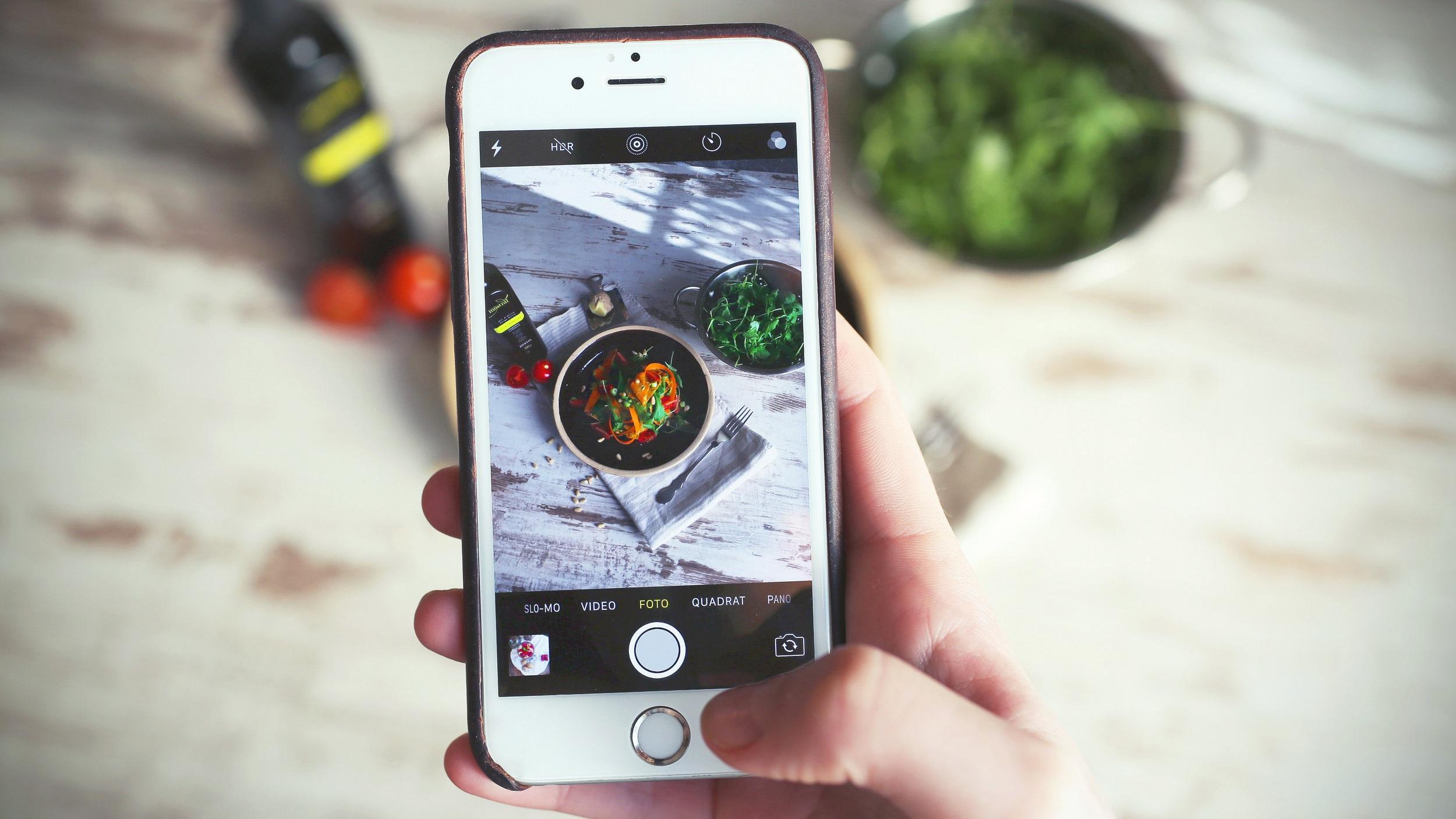 Sommeliers podem aproveitar as mídias sociais para contar a história do seu restaurante, apresentar novidades na carta e atrair os clientes. Fonte:  Unsplash .