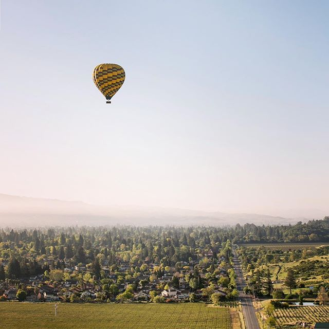 Anyone else wish they had their own hot air balloon?? If you can't afford one, the guys @nvaloft are a great alternate 🎈 Best activity hands down!  Photo by @mcalderonphoto 📸 . . . . . . #hotairballoon #keepcalmandcarryon #mystyle #memorialdayweekend #napa #napablogger #napavalleylife #napavalleyblogger #napavalley #visitnapavalley #nvaloft #winecountry #sonomacounty #sonoma #wine #napa