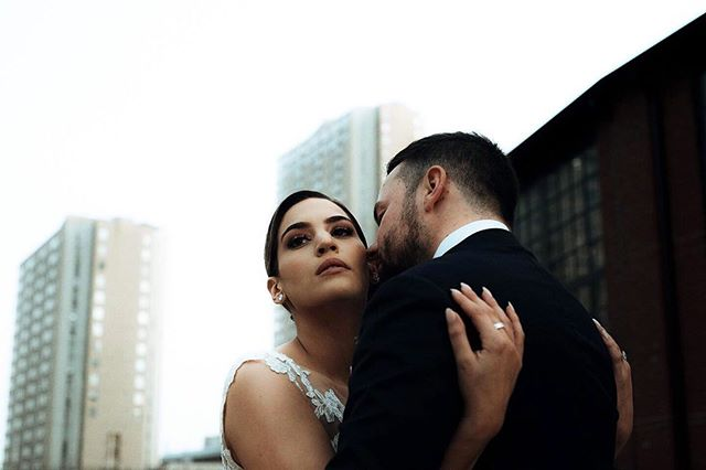 There's something about city weddings. Don't get us wrong, we looove the great outdoors. But there's something to be said about soaring skyscrapers, crowds of people and the energy it all encompasses. Not to mention all those hidden alleyways to escape the noise when needed. Can't get enough of this beautiful couple, their smiles and their love ❤️.