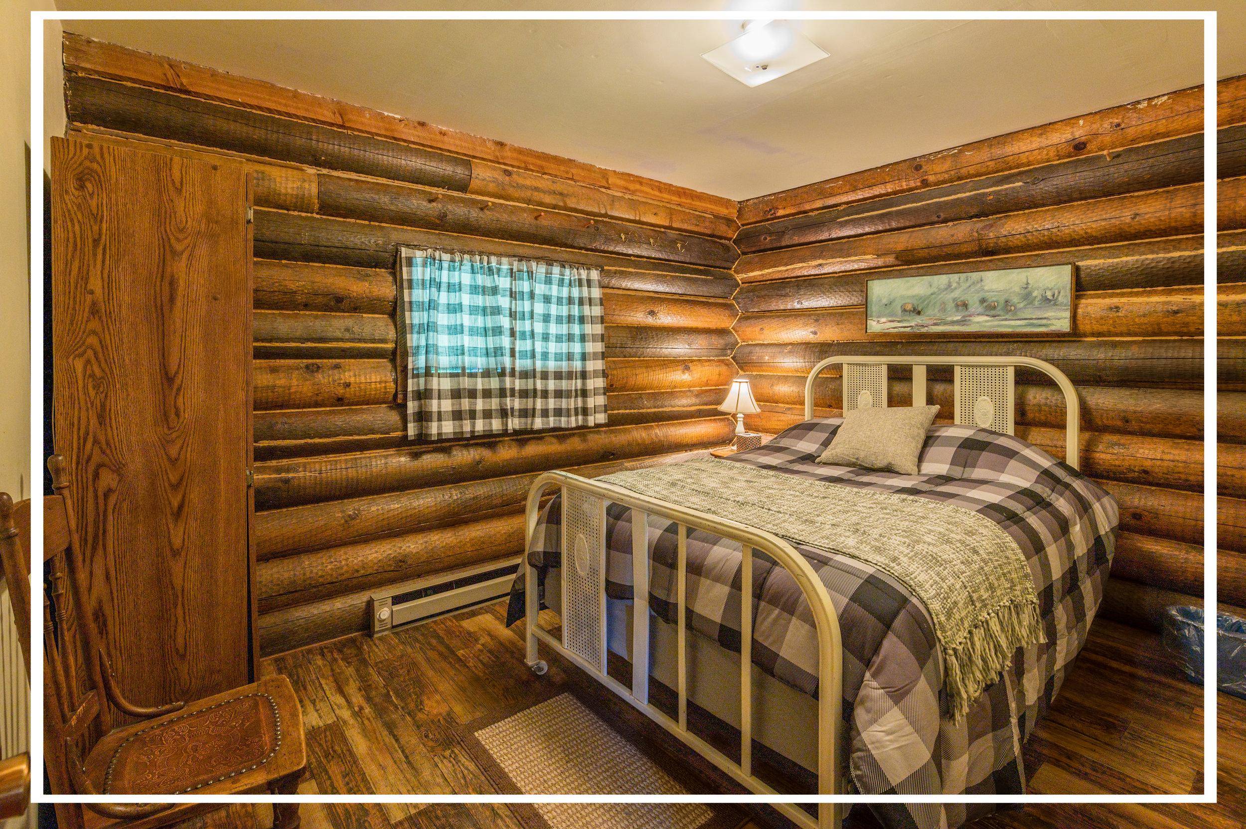 Bedroom 1: Double bed.