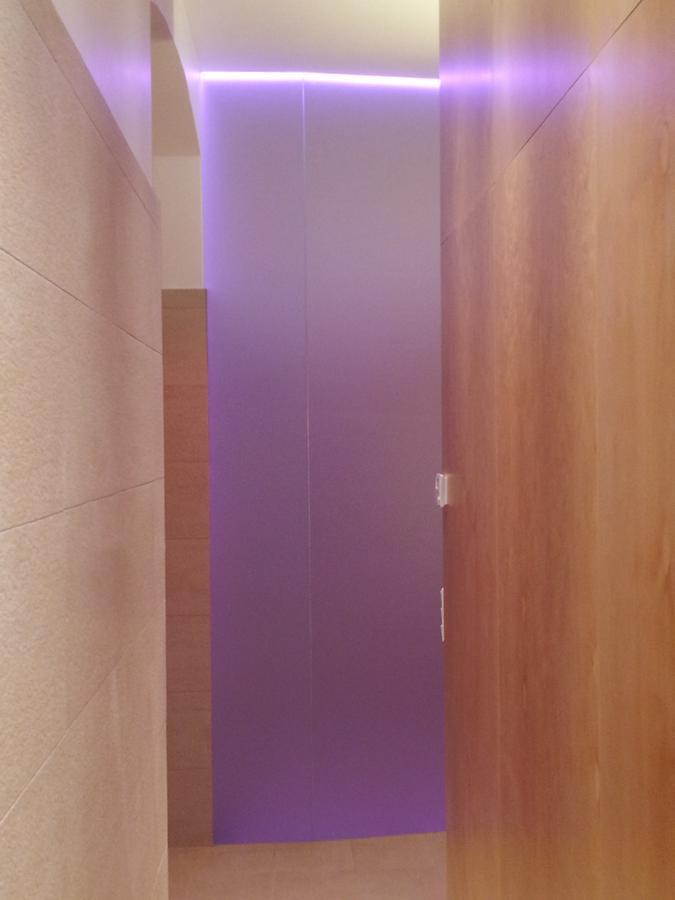 umbau eines kellerraums zu einem barrierfrei benützbaren wellness-bereich mit infrarot-kabine, großer dusche und wc. der einsatz von ahorn bei der möblierung, großformatigen hellen fliesen und led-bändern mit wechselnden farben bewirkt eine angenehme atmosphäre, die wesentlich zur erholung beiträgt.