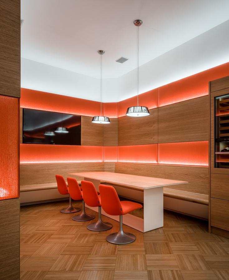Das Ende des Raums bildet mehr oder weniger eine Sackgasse, eine Eckbank mit Tisch für kleinere Gruppen wird hinzugefügt. Zusätzlich wurden 3 Sitze, für private Gespräche, oder Arbeiten am Tablet/PC, in einer Fensternische vorgesehen.