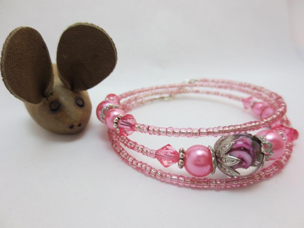 mini-2014-01-19-Rosa-Spiralarmreif-aus-Rocailles-und-Schmuckperlen-u-Glasperle.jpg