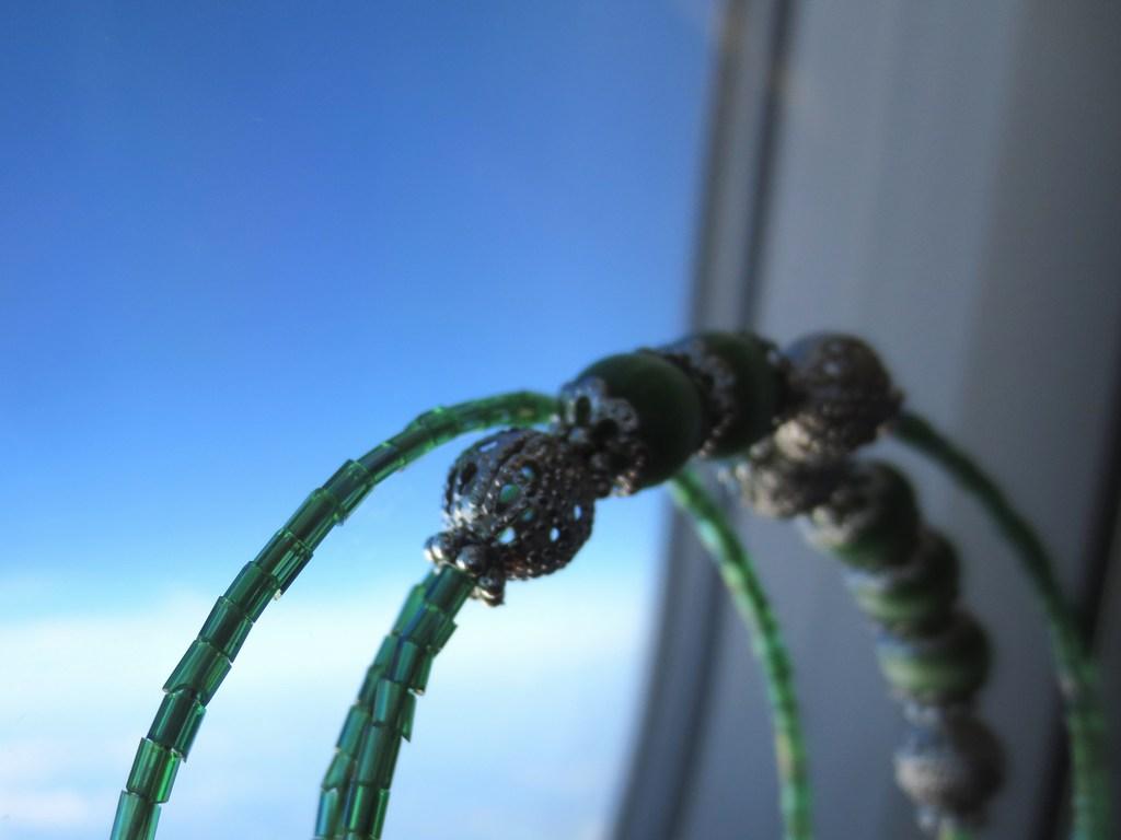 mini-2014-06-08-Grünes-Spiralarmband-mit-smaragd-grünen-Katzenaugen-Glasperlen-1-IMG_8055-be.jpg