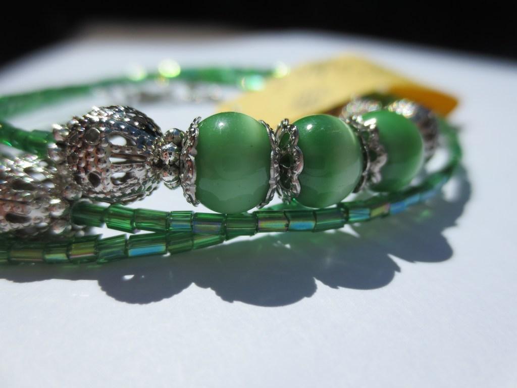mini-2014-06-08-Grünes-Spiralarmband-mit-smaragd-grünen-Katzenaugen-Glasperlen-3-IMG_8075.jpg