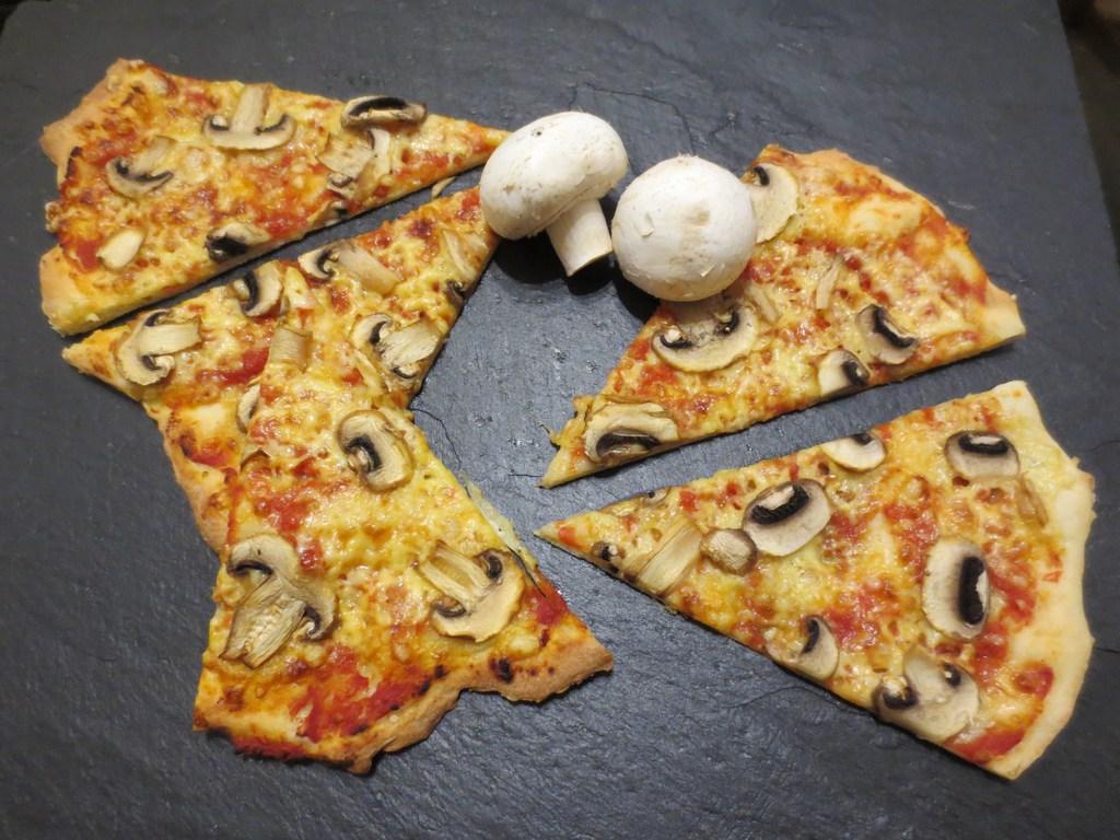 mini-2014-05-02-Homemade-Pizza-taste-like-in-an-Italian-restaurant1-IMG_7597.jpg