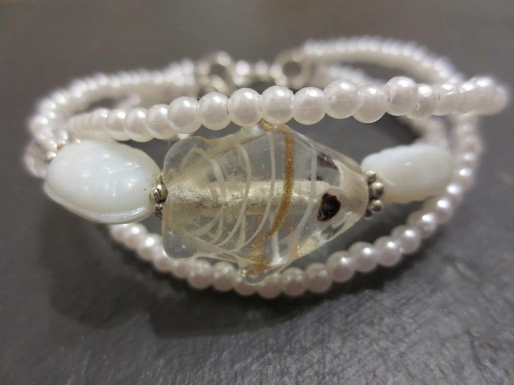 mini-2014-05-11-Weißes-Perlenarmband-mit-Fischstein-1-IMG_7663.jpg
