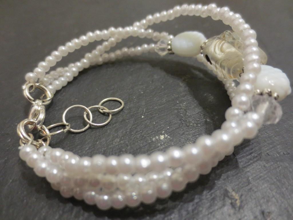 mini-2014-05-11-Weißes-Perlenarmband-mit-Fischstein-2-IMG_7665.jpg