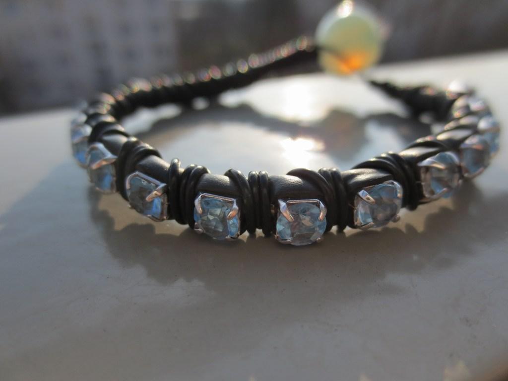 mini-2014-03-02-Lanzhang-Kabelarmband-hellblau-mit-Glaskugel-als-Verschluss-1-IMG_6235.jpg