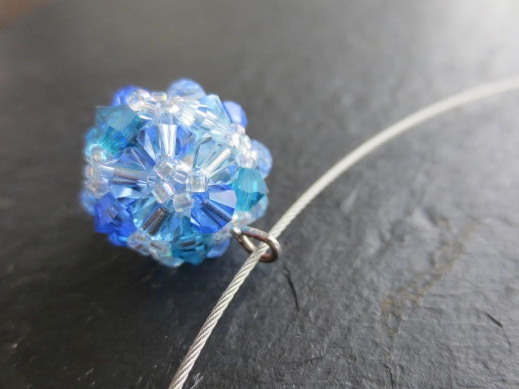 mini-2014-08-06-Kette-mit-Perlenkugel-aus-Swarovski-Kristall-Schliffperlen-in-Blau-Tönen-3-IMG_9331.jpg