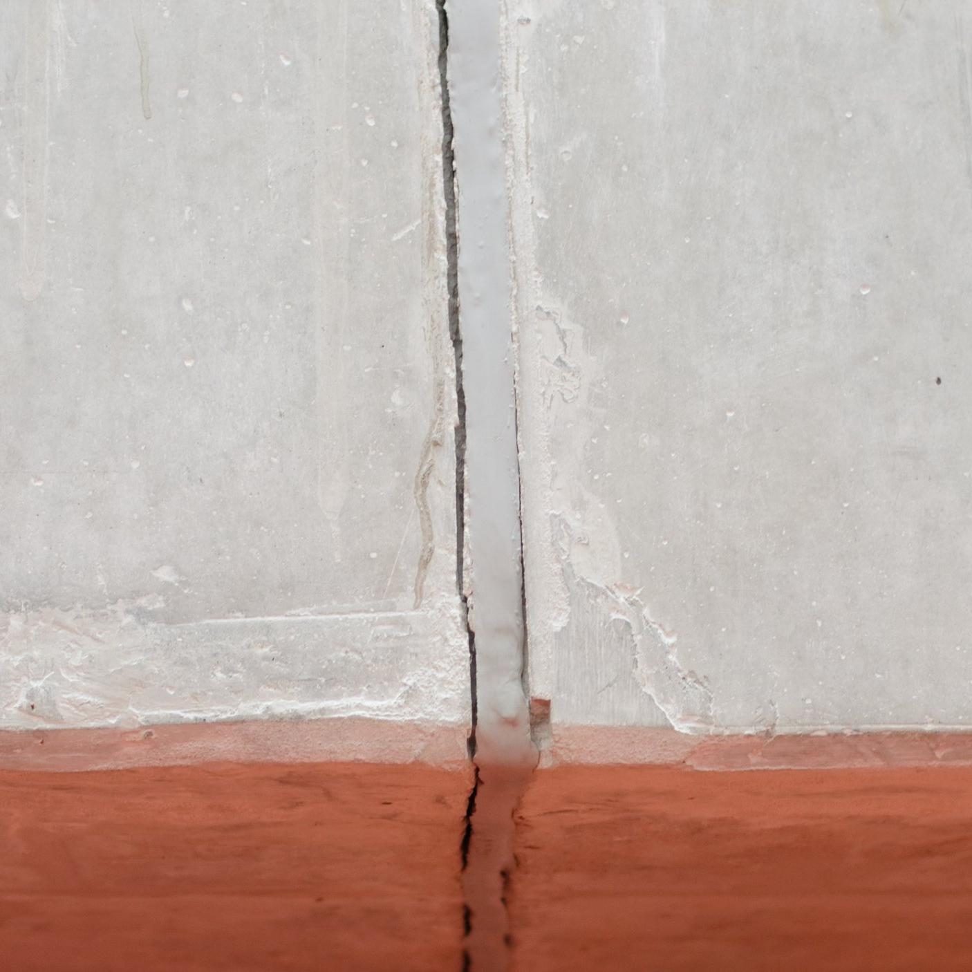 FALHA ADESIVA - Evite falhas adesivas na sua obra. Use BLOKSIL MS, selante de silicone com alto poder de aderência e cura neutra.