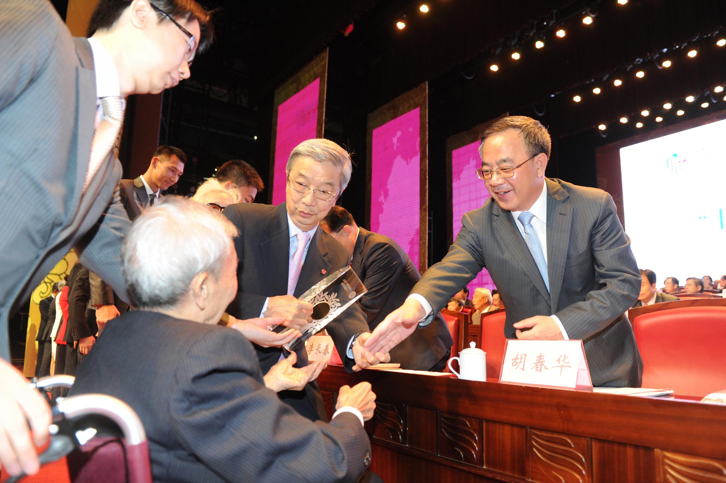輝叔與廣東省委書記胡春華握手