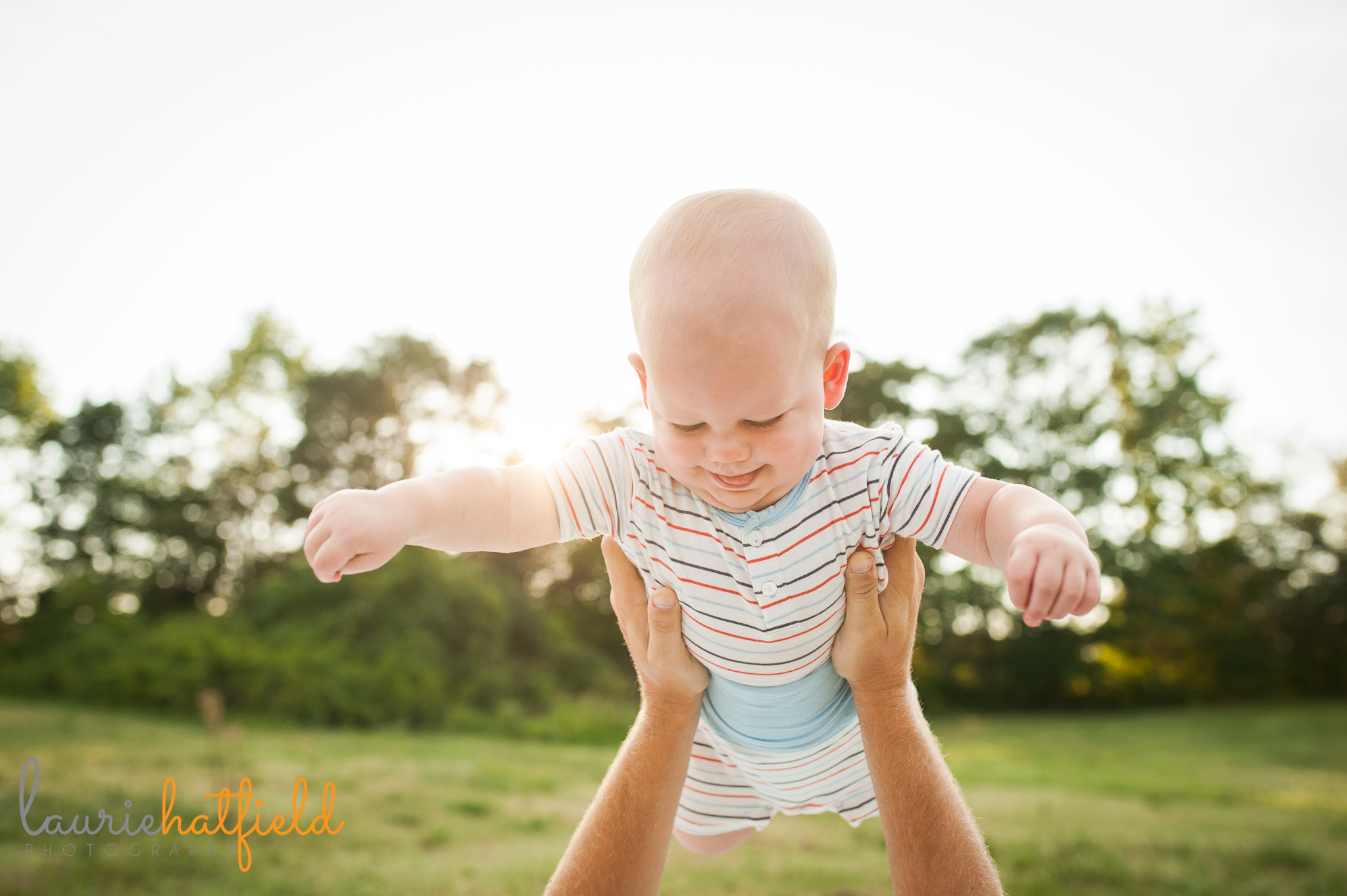 baby flying in dad's arms | Mobile family photographer