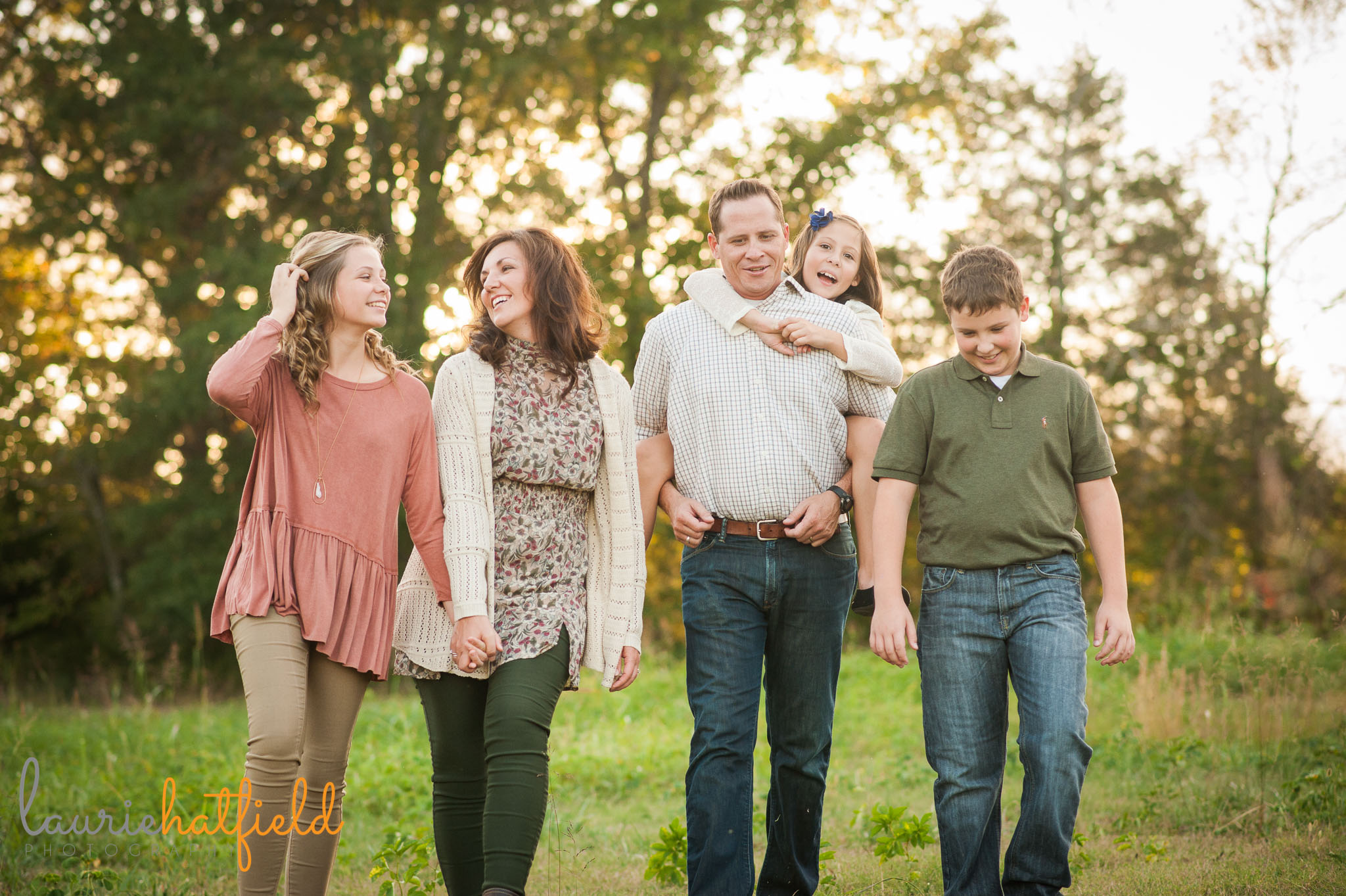 family of 5 walking through a field | Mobile lifestyle photographer