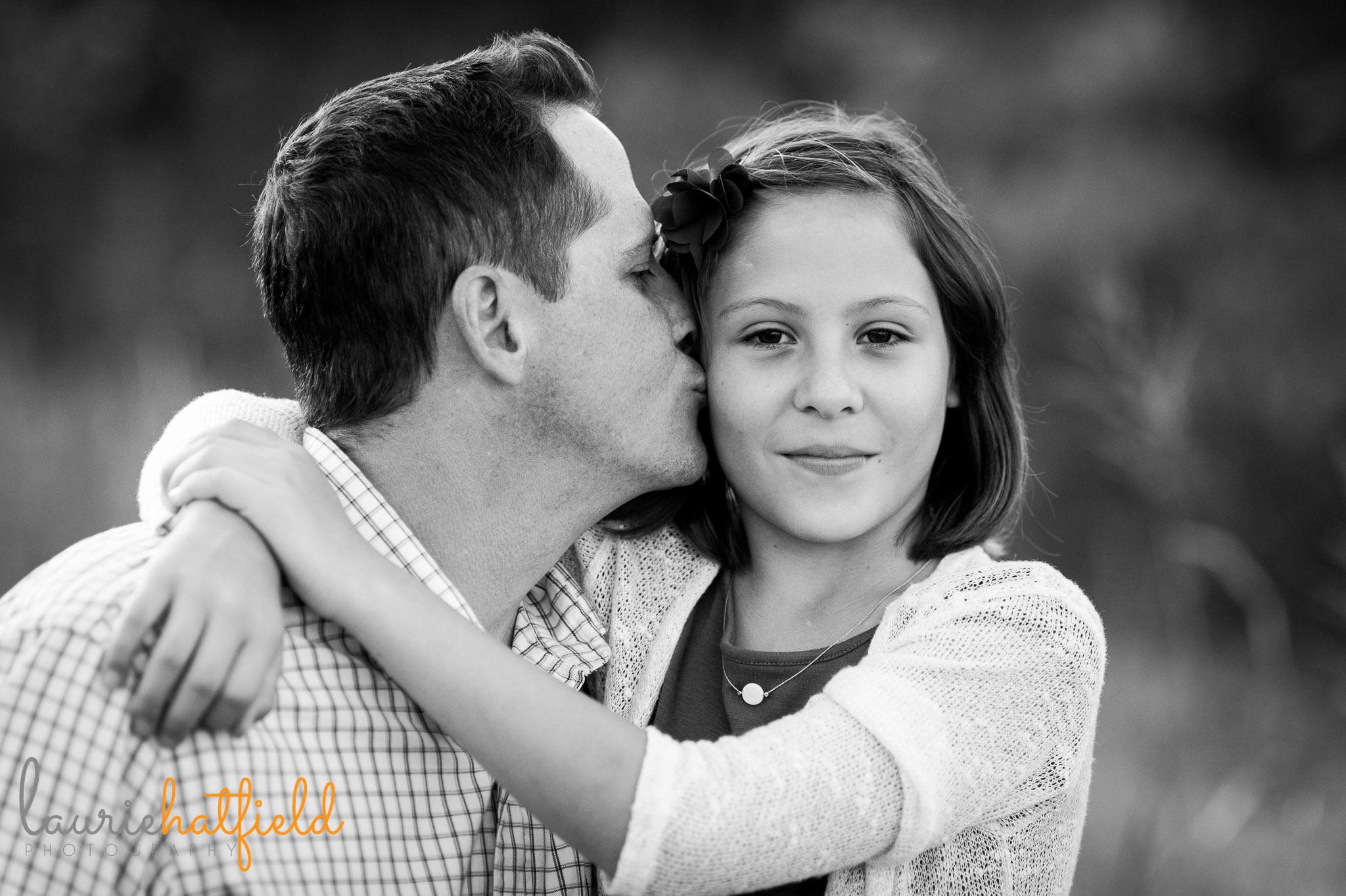 dad kissing daughter | Mobile family photographer