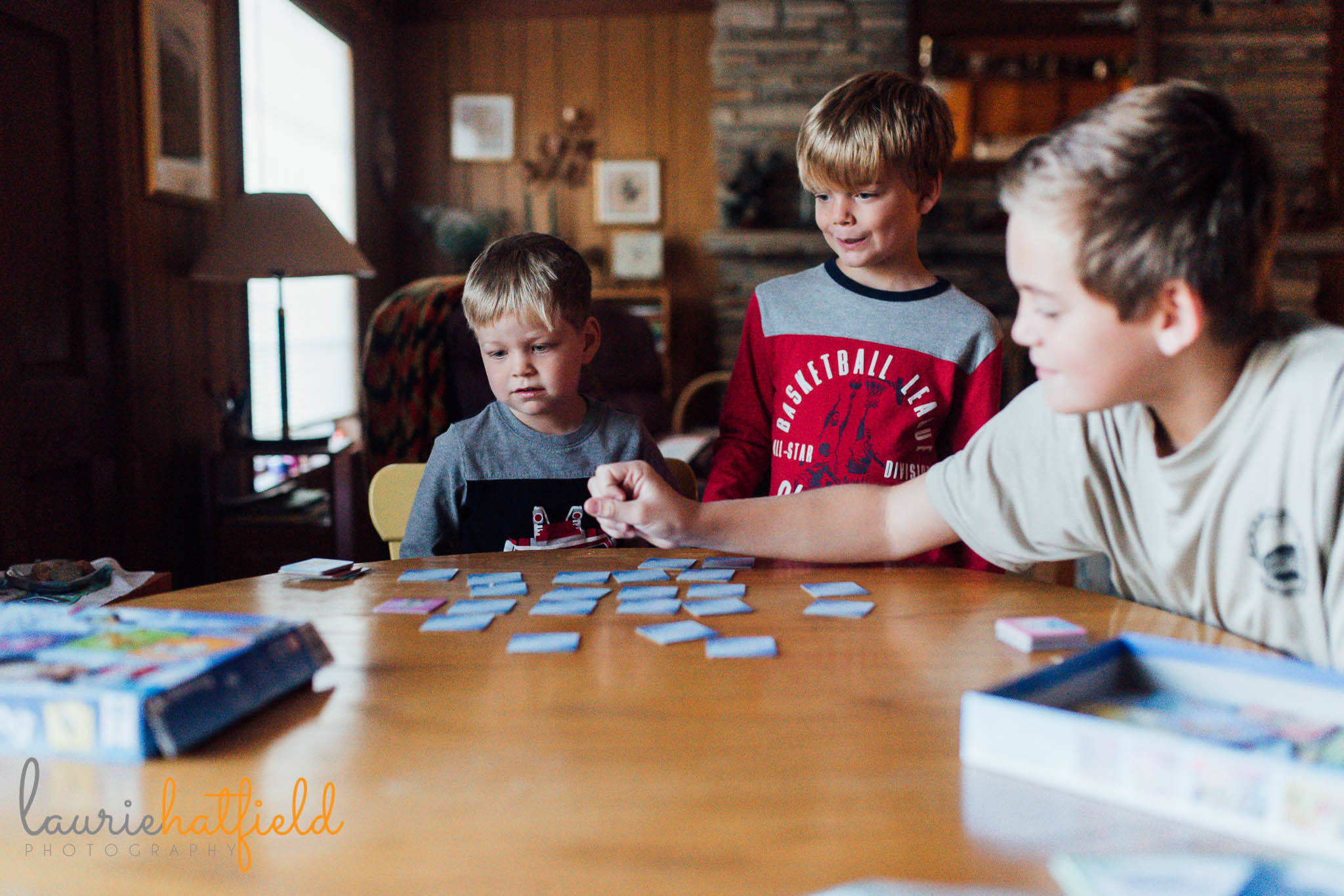 brothers playing game at table | mobile al family photographer