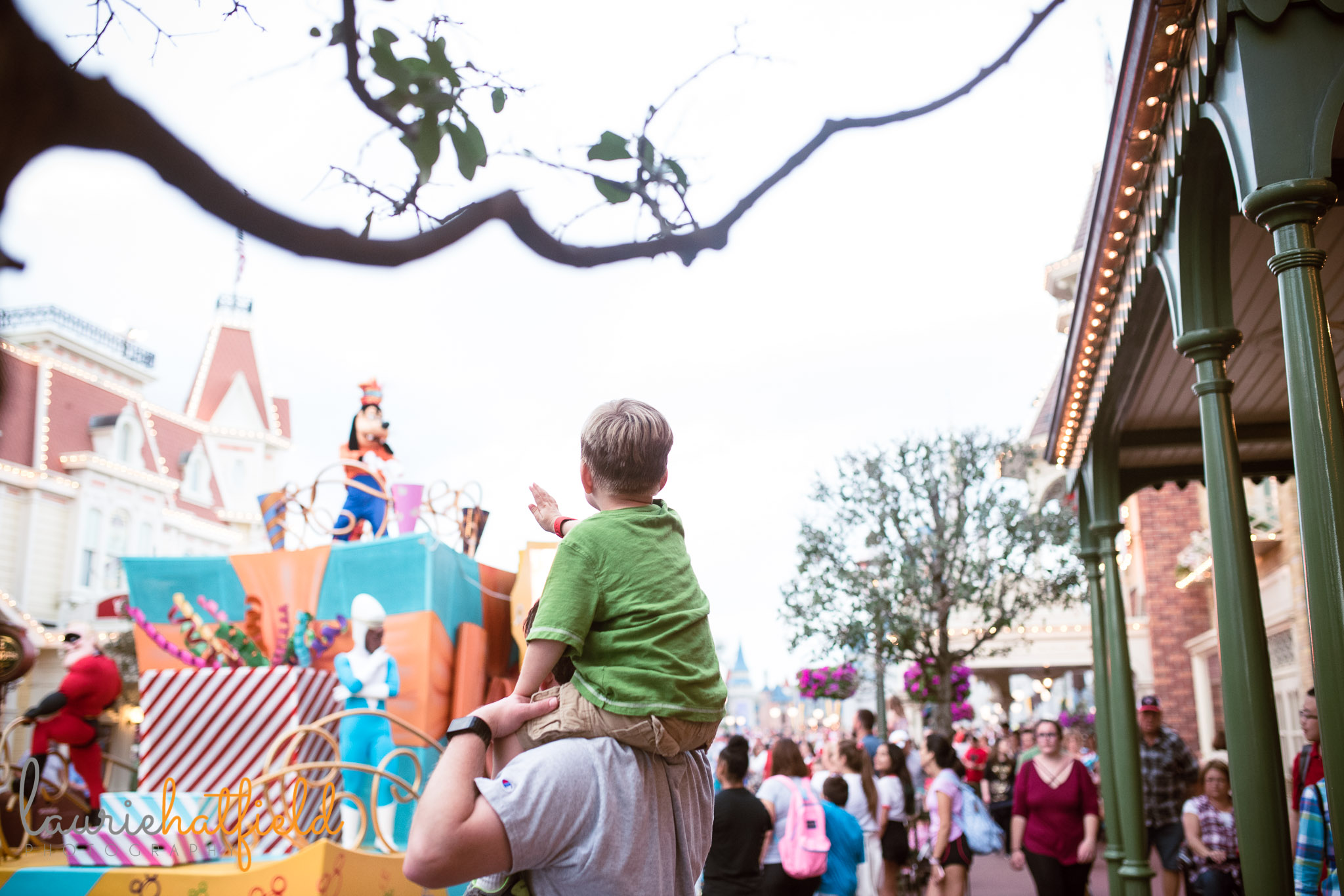 boy and dad watching parade at Disney World | Fairhope AL family photographer