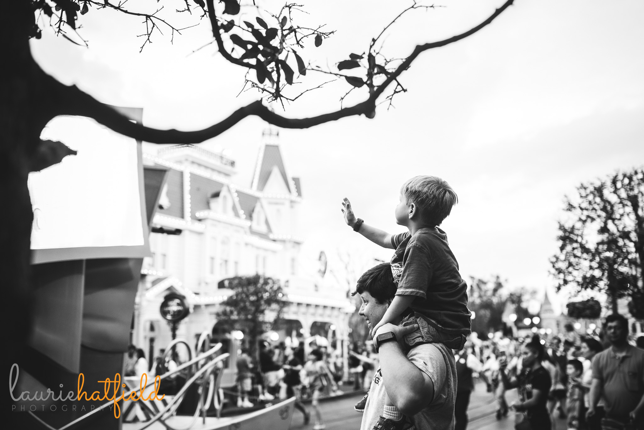 boy and dad watching parade at Magic Kingdom | Mobile AL family photographer