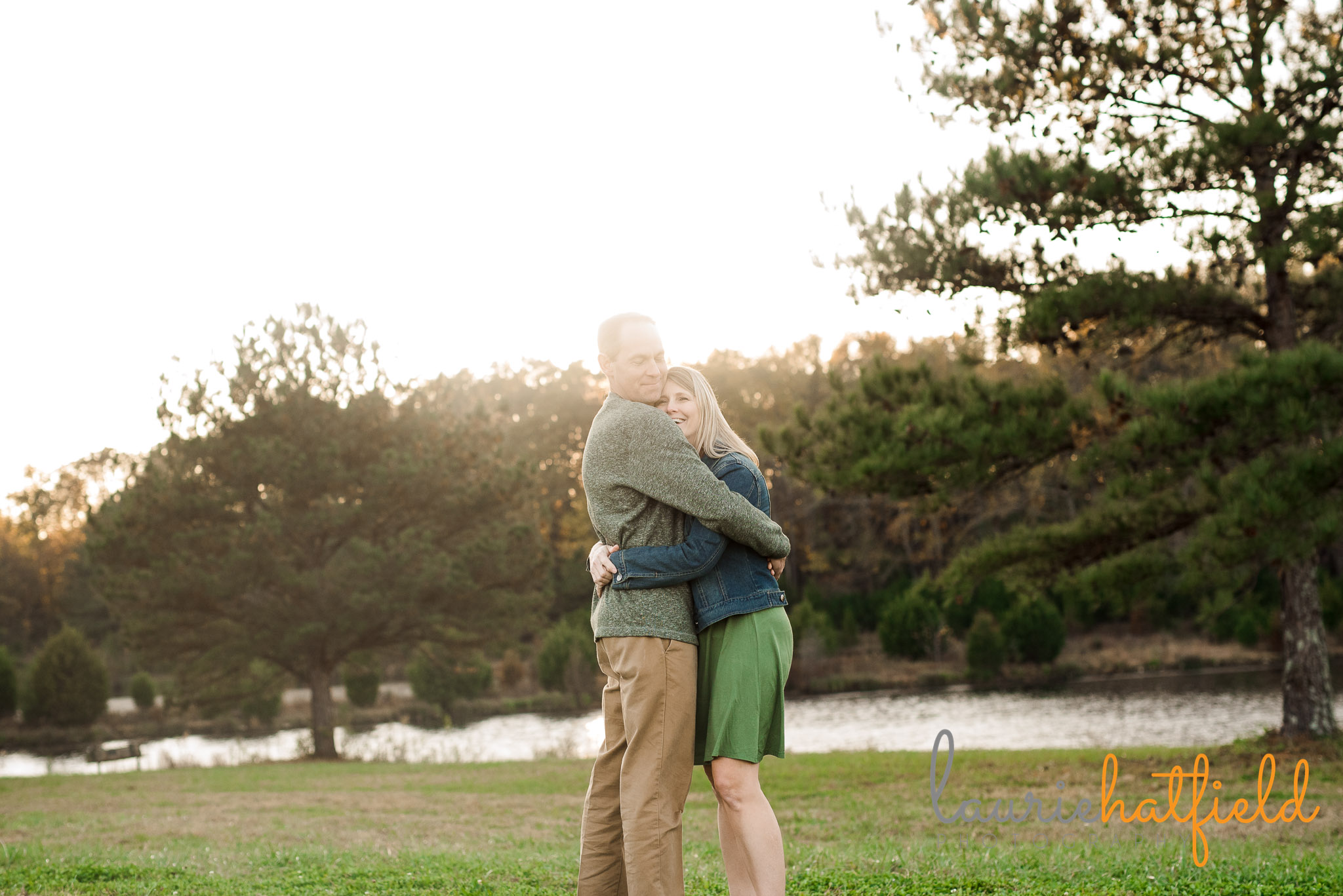 mom and dad hugging in field | Mobile AL family photographer