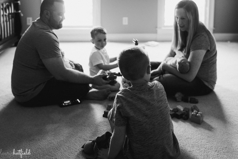 family playing blocks   Decatur AL newborn photographer