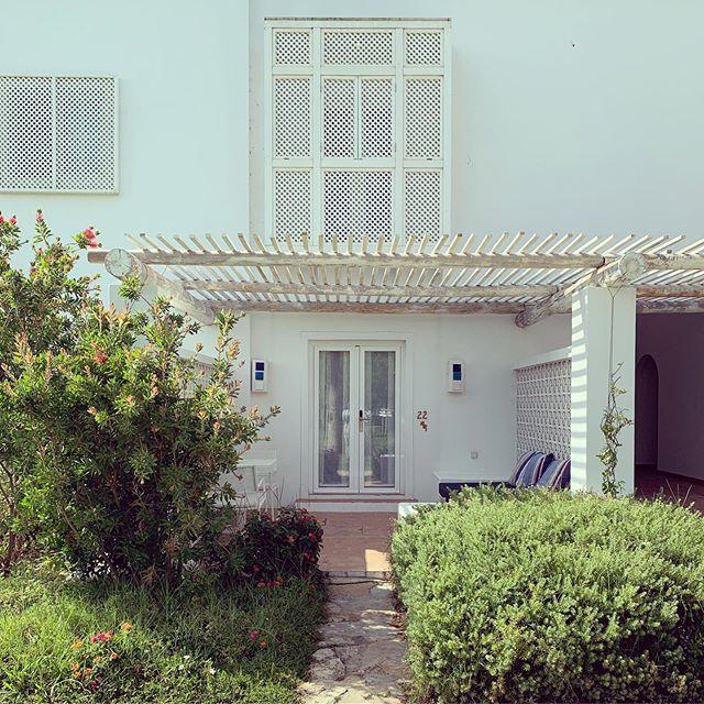 Simple hotel living🌺  #wrapyourselfindreams #thesophiedk #hotelroom #exterior_design #vilamontefarmhouse #hotelgarden