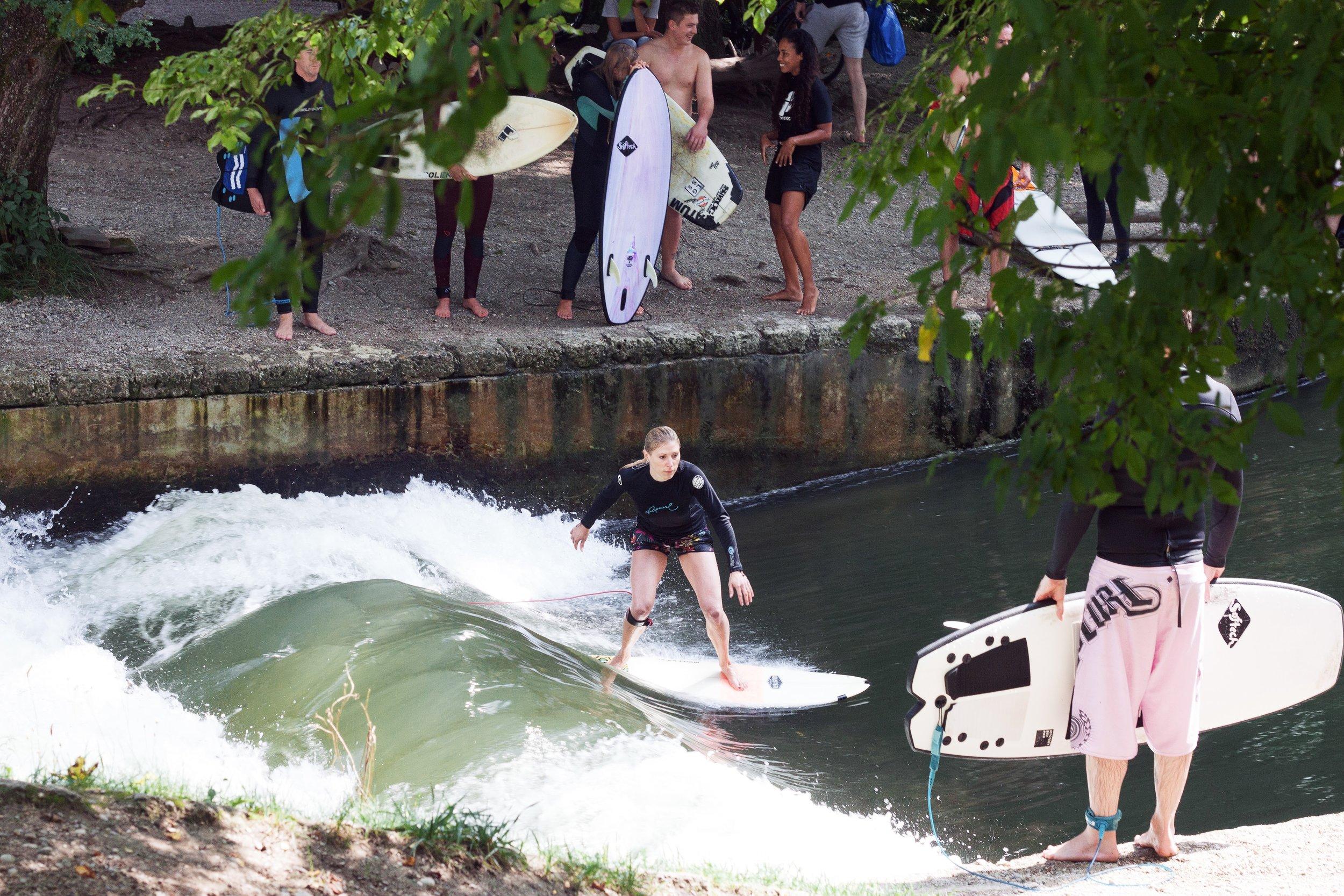 Ein Treffpunkt für alle: Surfen an der Floßlände in München