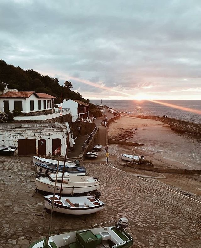 We receive autumn from Guéthary in France. One hour less butacas of night time but still waking up early for enjoying this beautiful city just half an hour away from our boutique guest house. . Pic by @mel_issab via @paysbasque_tourism . #guethary #france #paysbasque #basquecountry #boat #bay #sea #cantabricsea #morning #weekend  #quiet #calm #relax #autumn #coffee #morethanaguesthouse #ibaiaetarramak