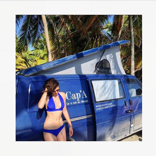 Camille, voyageuse entre canada et argentine à la rencontre des bâtisseurs du monde.  Arret sur image lors d'une pause plage au Yucatan. Suivez leur voyage @projetcapa 🚐🌴👙 . . .  #playa #travel #exploringworld #bikini #picoftheday #architecture #palm #yucatan