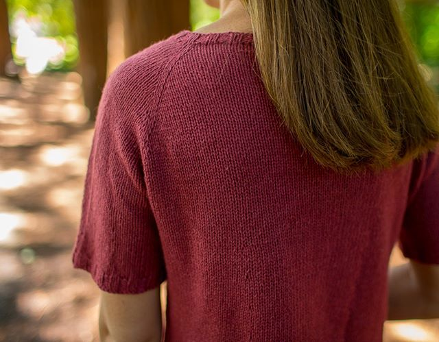 Summertime (almost?) and the yarn choices are...confusing. On this week's Theory Thursday #ontheblog, I'm talking about my favorite tips and choices for summer-weight yarns, including my pick for our #mapleshadeKAL, @magpiefibers's Solstice. Click the link in my bio to see the post. [pictured: my mapleshade tee, available in my @hi.ravelry store]