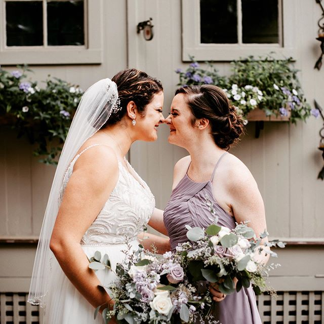 Of you have a friend like this you are so blessed . This is just the cutest thing ever ! #eskimokisses #lovebirds817  #bestfriends #maidofhonor #lavenderbridesmaiddress #lavender #wedding #bride #happiestday #weddingday #flowerboxes #veil #chautauqualake