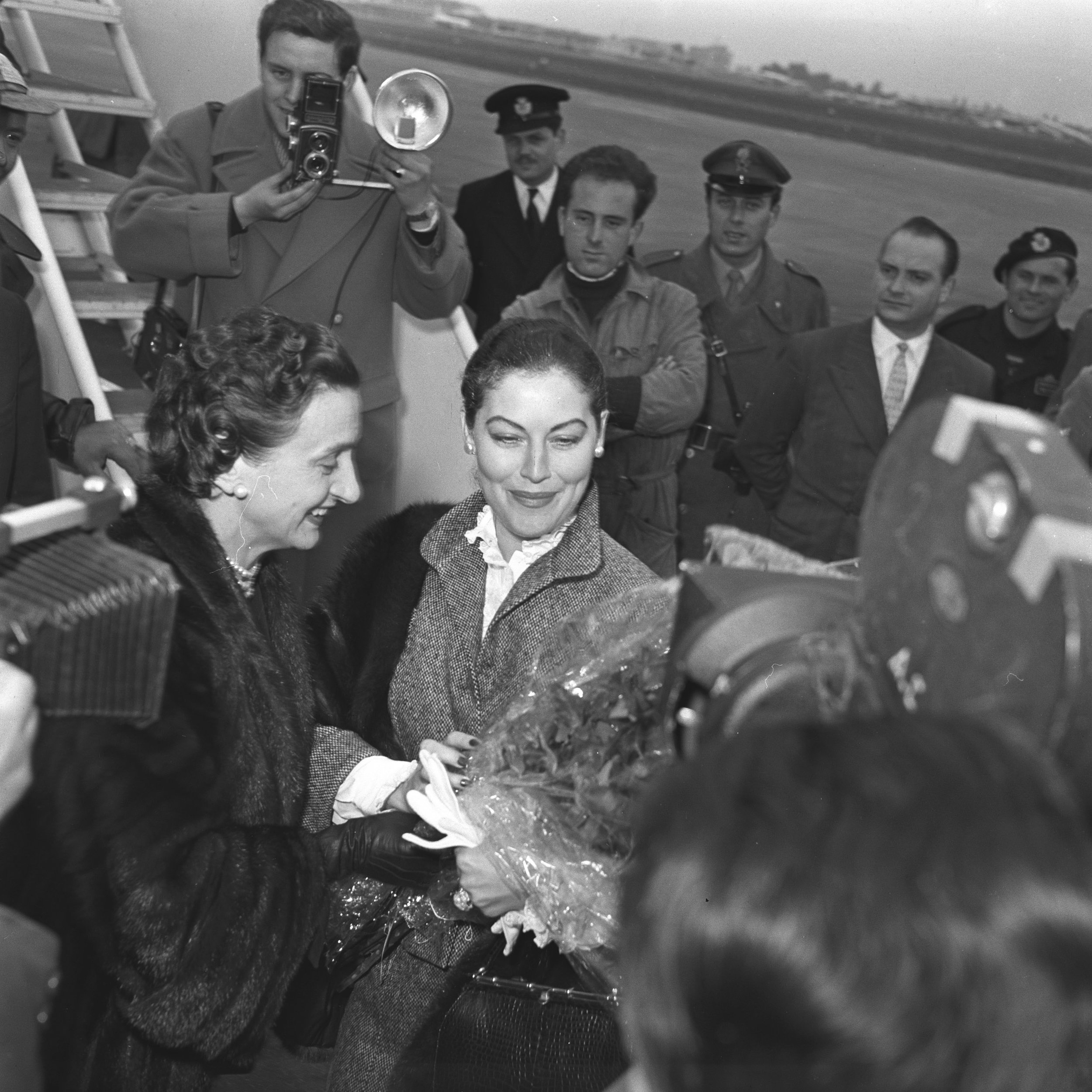 Ava Gardner arriving in Rome Ciampino Airport, greeting friends (Micol Fontana) and paparazzi, Photos Giuseppe Palmas, Courtesy of Roberto Palmas, Giuseppe Palmas Photographic Archive.