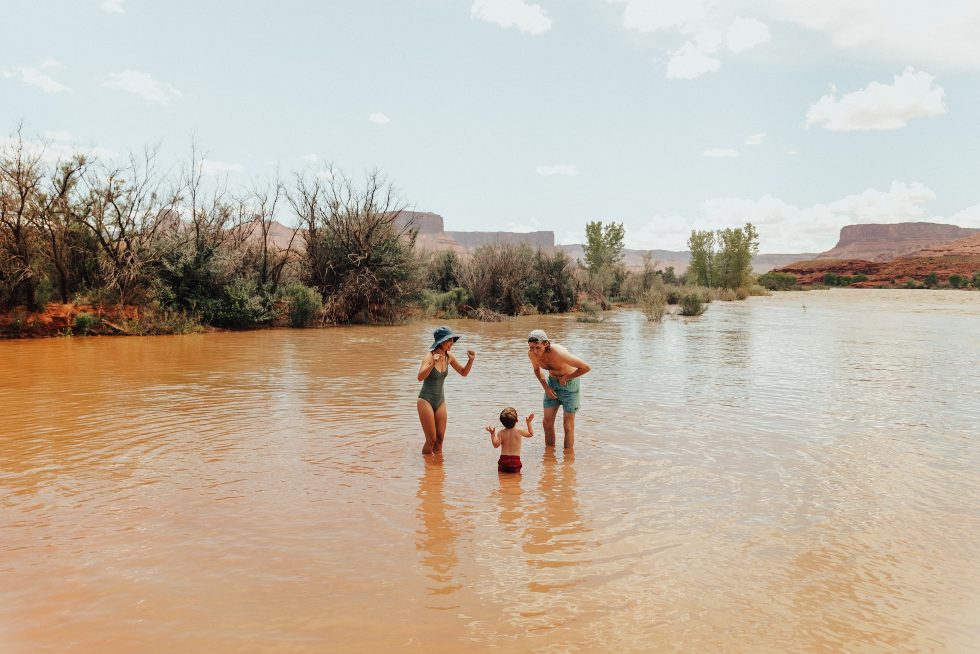 Outdoor beach family photoshoot in Moab
