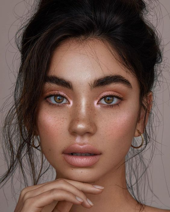 We love this look because of how effortless it looks. She is glowing, and yet you can still see all her gorgeous freckles and texture in her face. We love that she used an all-blush palette for her highlight, lips and her eyeshadow.  (Source)