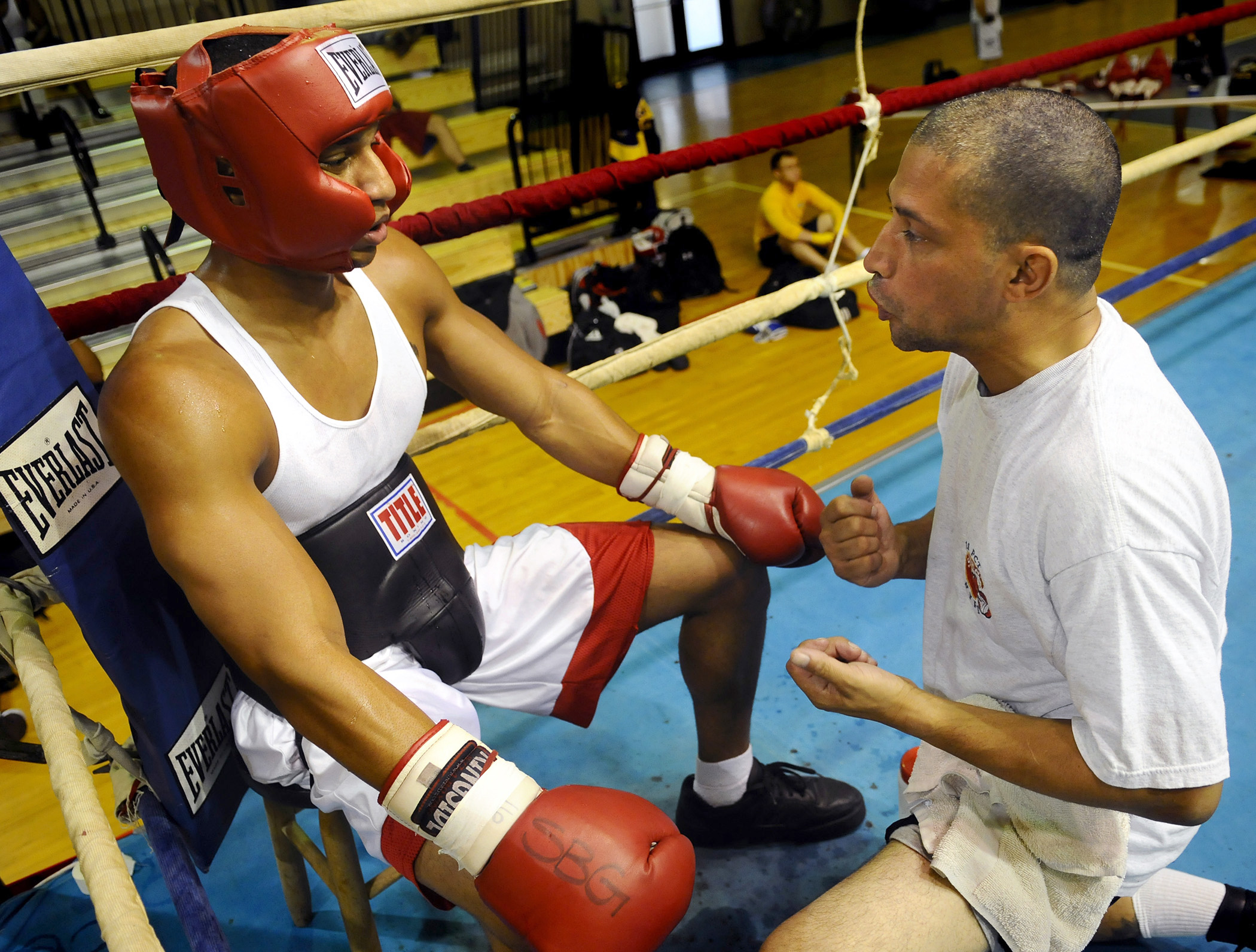 US_Navy_081012-N-5345W-033_Dave_Cruz,_right,_an_assistant_coach_with_757_Boxing_Club_in_Virginia_Beach,_Va.,_gives_his_fighter_pointers_between_rounds_during_a_sparring_session_at_the_All-Navy_Boxing_Team_mini-camp_at_R.jpg