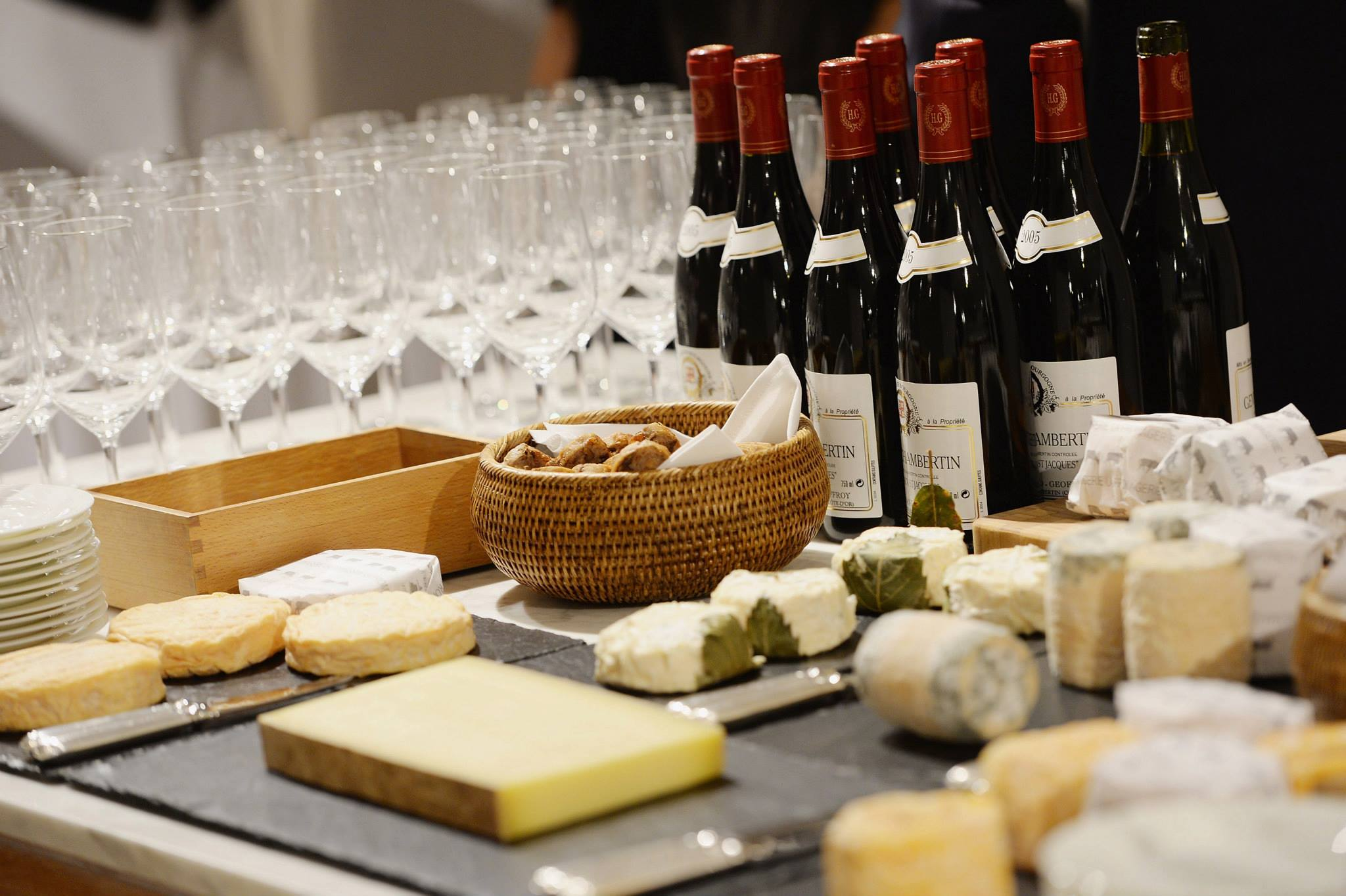 A-superb-Cheese-and-wine-offering-at-the-Samsung-event-in-store.jpg